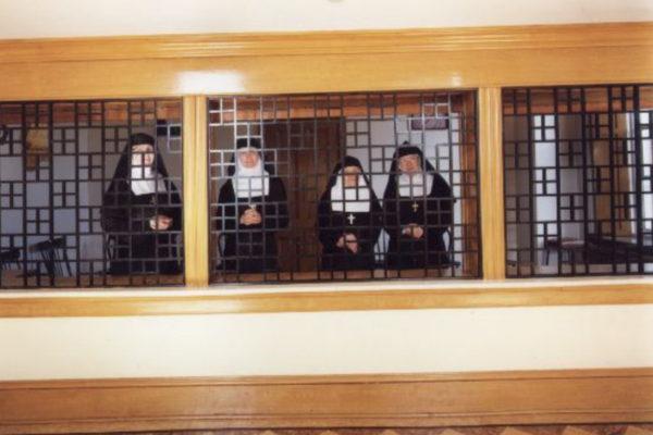 Clara Gutsche. Les Soeurs de la Visitation le grand parloir:The Large Parlour Ottawa (from The Convent Series). Épreuve par procédé chromogène, 72.5 x 92.5 cm (1992)